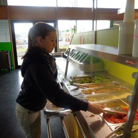 Foodscout Paula aus der Klasse 6 c bedient sich gerne am Salatbuffet und…