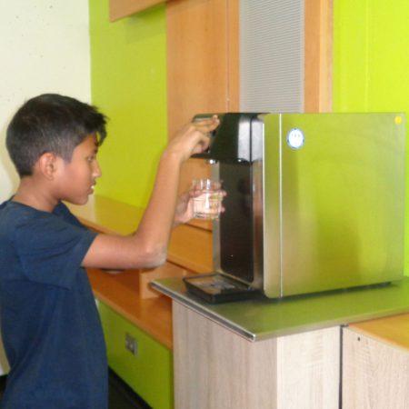 Foodscout Eejithan (Klasse 6 a) an der Wasserzapfanlage. Das löscht den Durst, ist gesund und macht Spaß!