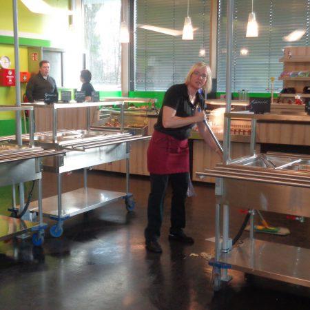 Zwischendurch mal durchfegen… auch das gehört zur Arbeit unseres fleißigen Küchenpersonals, denn dass nicht alles auf dem Teller landet, ist bei so vielen hungrigen Mündern normal!