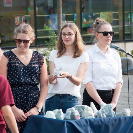 Versteigerung von Steinskulpturen zugunsten des Schulsozialfonds