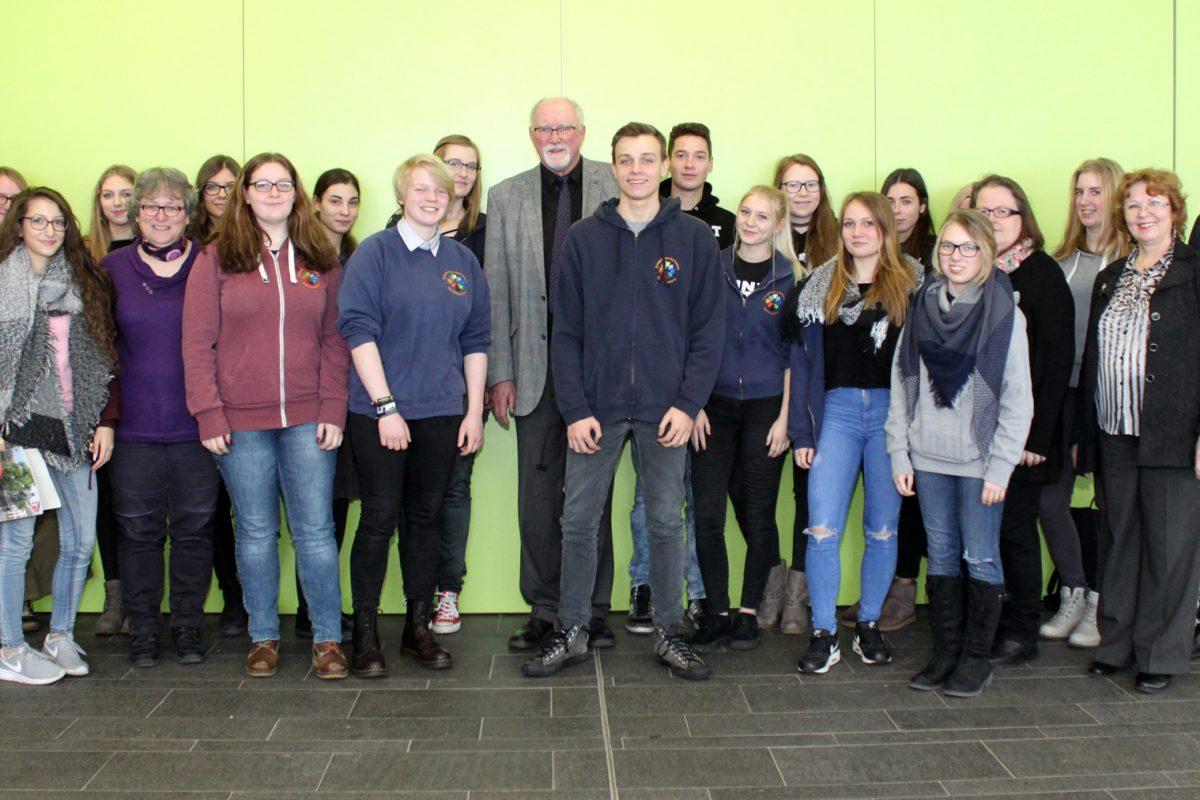 Präses Dr. Ulrich Oelschläger besucht das Evangelische Gymnasium