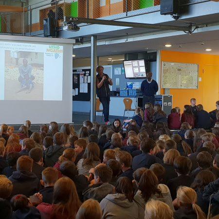 Gespannt lauschten die Schüler und Schülerinnen den Erzählungen von Andreas Wörster und Masauso Phiri