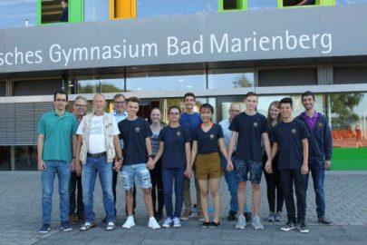 """Die Arbeitsgruppe """"Flüchtlinge am Ev. Gymnasium"""" mit ihren Schützlingen und deren Mentoren (Foto: Sabine Hammann-Gonschorek)"""